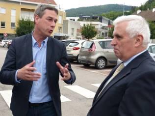 Le maire en grande discussion avec Monsieur le Préfet