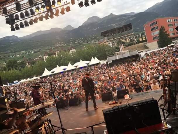 Sur scène devant des milliers de personnes