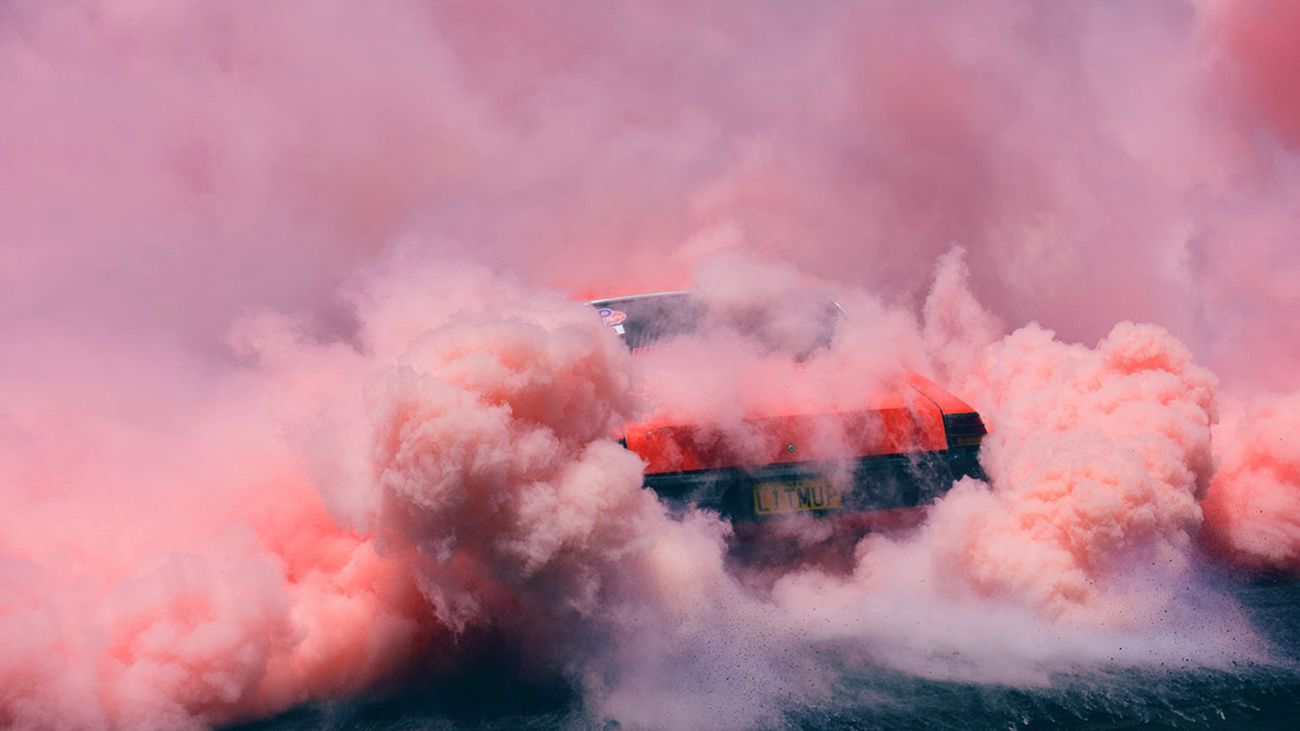 Goodfon Wallpaper Car วอลเปเปอร์ 2560x1440 Px ควันสี สีชมพู รถสีแดง สูบ