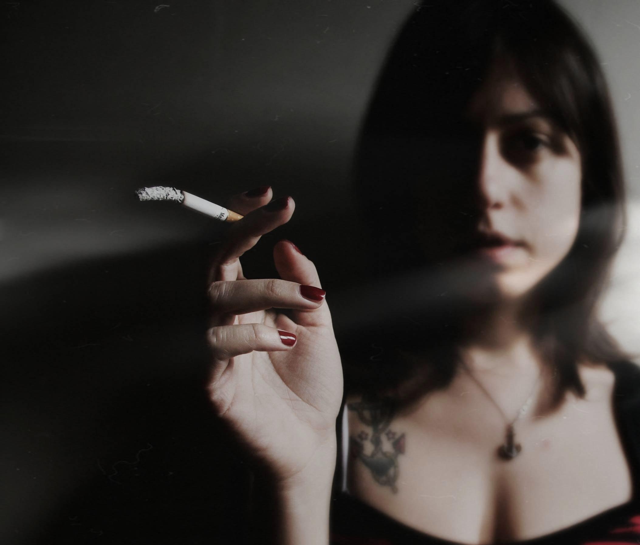 Cigaret With Girl Wallpaper Download Baggrunde Hvid Sort Portr 230 T Fotografering R 248 G