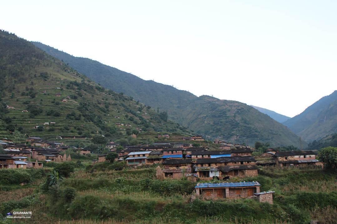 उकालो जादै गर्दा देखिएको बोबांग गाउँ को एक झलक।