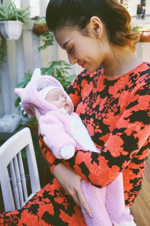 Hồng Quế đã sinh con với tất cả hạnh phúc của người làm mẹ, nhưng bố của đứa trẻ lại sợ sự có mặt của em bé trên đời.