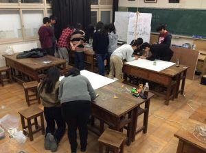 4グループに分かれて1枚づつ仕上げます。手が空いている生徒はラグ版を半田付けするなど、作業を分担しながら進めます。さすがに普段から活動を共にしている仲間たちどうし。無駄のない動きが光ります!