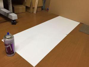 余りにも指向性があったので、水平に単純に噴射して、空中で減速して地上に降り注ぐ接着剤の分布を測定することにしました。ホースで水を霧状にして畑に水を撒くのと同じ感じですね(^^) 実験の結果、長辺60cmの紙の向こう側の紙まで接着剤は到達して、幅20cmくらいの範囲で均一に接着剤が降り注いでいる感じです。手前の紙にも狭い幅で噴射されているのでその分が無駄になっちゃいそうですね・・・ん~難しいな~