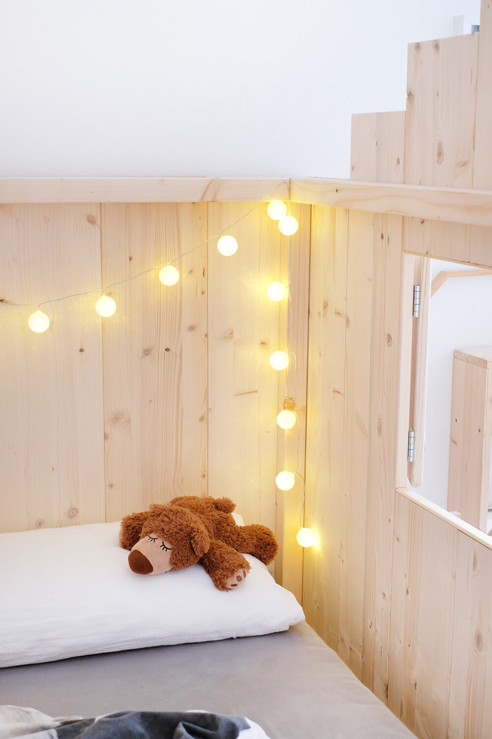 Lichterkette Im Schlafzimmer Diy-bett-kinderzimmer-ikea-ikeahack-nordli-kinderbett-lichterkette-gingered-things - Gingered Things