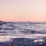 Sur le bord de l'eau au coucher de soleil