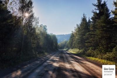 Rayons du soleil sur la route