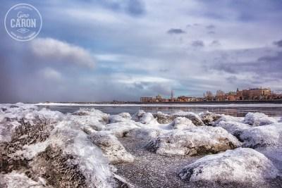 Rochers glacés face au centre-ville