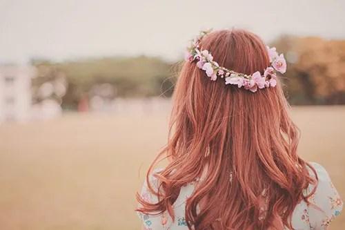 遠くを見つめる花かんむりの女の子のフリー写真素材(商用可)
