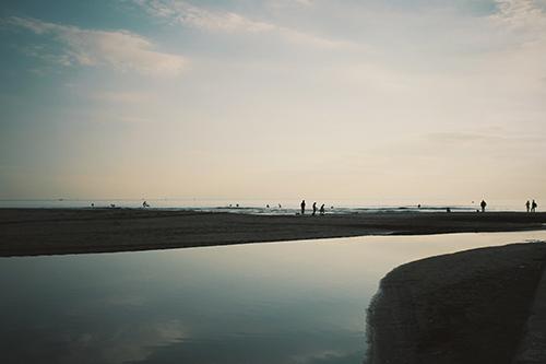 海で水面に映り込む夕方の空のフリー写真素材(商用可)