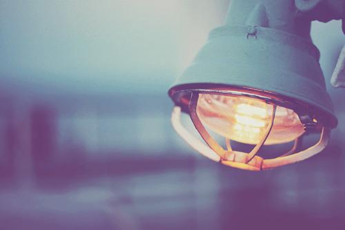 まわりをやさしく照らす船上のライトのフリー写真素材(商用可)