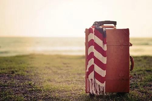 キャメル色のおしゃれなスーツケースのフリー写真素材(商用可)