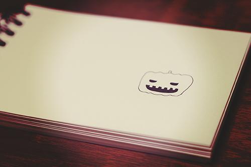 スケッチブックに描かれたハロウィンのジャックオーランタンのカボチャくんのフリー写真素材(商用可)