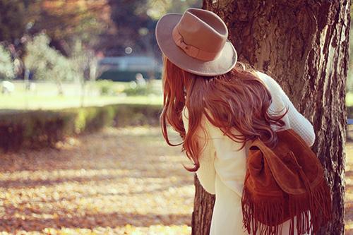 森でかくれんぼ中の女の子のフリー写真素材(商用可)