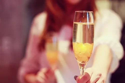 シャンパンを差し出す女の子のフリー写真素材(商用可)
