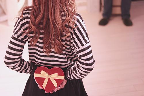 バレンタインデーにチョコレートを渡そうとドキドキしている女の子のフリー写真素材(商用可)