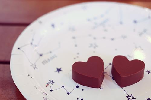 テンパリングに大成功した手作りのハートのチョコレートのフリー写真素材(商用可)