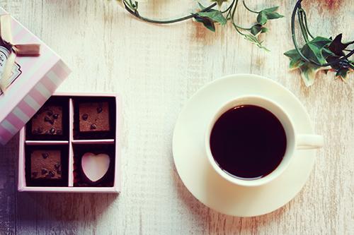 バレンタインチョコとホットコーヒーのフリー写真素材(商用可)