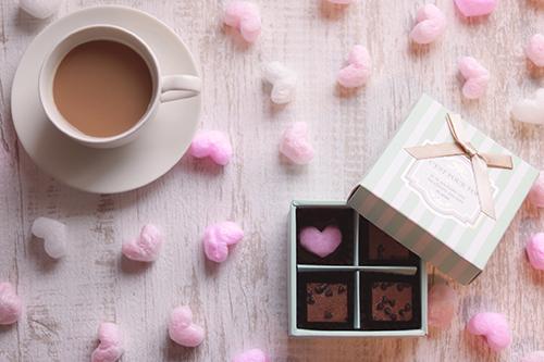 カフェラテと手作りブラウニーなバレンタインのフリー写真素材(商用可)