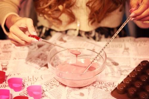いちごチョコを溶かすバレンタイン目前の女の子のフリー写真素材(商用可)