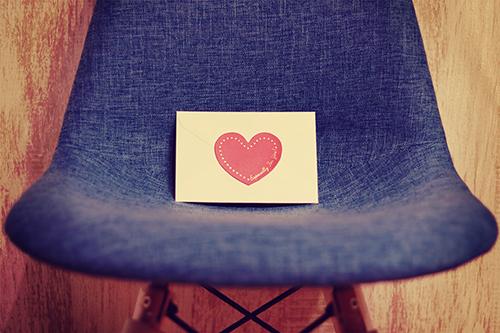 椅子に置かれたラブレターのフリー写真素材(商用可)