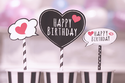 オシャレな誕生日画像:コップに入ったモノトーンが可愛い『HAPPY BIRTHDAY』のフォトプロップスのフリー写真素材(商用可)