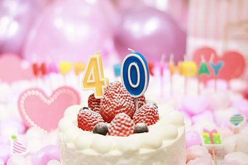オシャレな誕生日画像:可愛いケーキとキャンドルでお祝い〜41歳編〜のフリー写真素材(商用可)