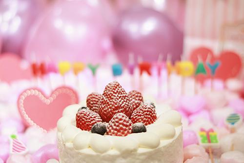 オシャレな誕生日画像:可愛いイチゴのショートケーキでお祝いのフリー写真素材(商用可)