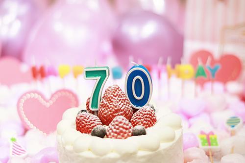 オシャレな誕生日画像:可愛いケーキとキャンドルでお祝い〜70歳編〜のフリー写真素材(商用可)