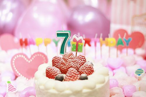 オシャレな誕生日画像:可愛いケーキとキャンドルでお祝い〜7?歳編〜のフリー写真素材(商用可)