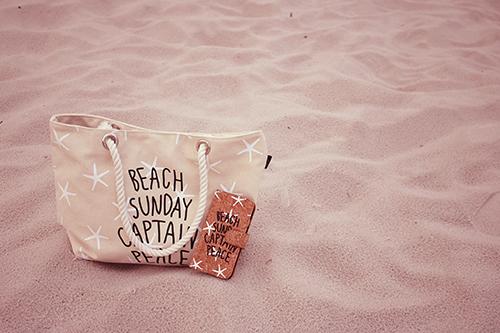 ビーチに置きっぱなしのトート&iPhoneのフリー写真素材(商用可)