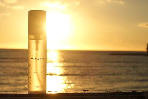 夕陽が透ける透明ボトルのオールインワンジェル『ViTAKT』のフリー写真素材(商用可)