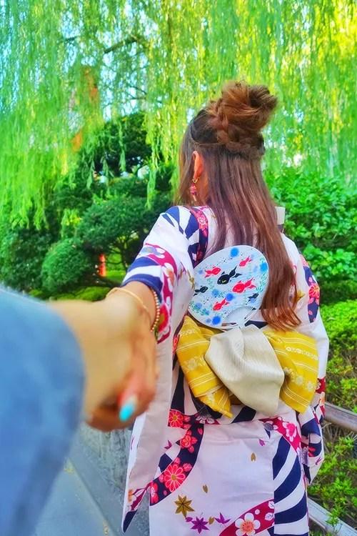 カキ氷を差し出す女の子のフリー写真素材(商用可)