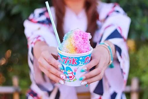 レインボーなカキ氷をおすそわけしたい女の子のフリー写真素材(商用可)