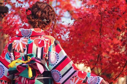 真っ赤な紅葉と真っ赤な着物の女の子のフリー写真素材(商用可)