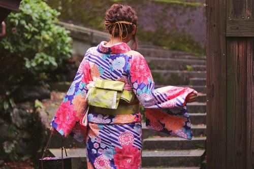 石段を登っていく着物の女の子のフリー写真素材(商用可)
