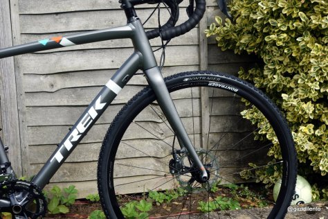The Crockett 9 features a full carbon fork with tapered steerer and 15mm through axle
