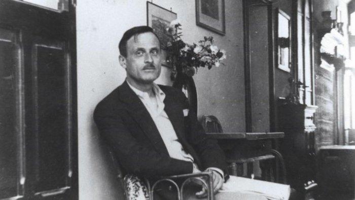 Marino Moretti nella sua casa di Cesenatico