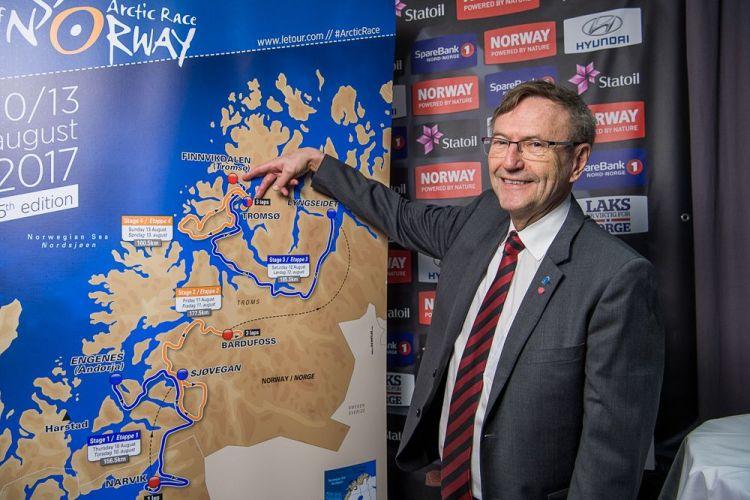 Varaordfører i Tromsø kommune Jarle Aarbakke viser frem etappene i Tromsø 5.1.17. (Foto: ARN)