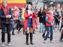 Tinerii participă la fl ash-mob
