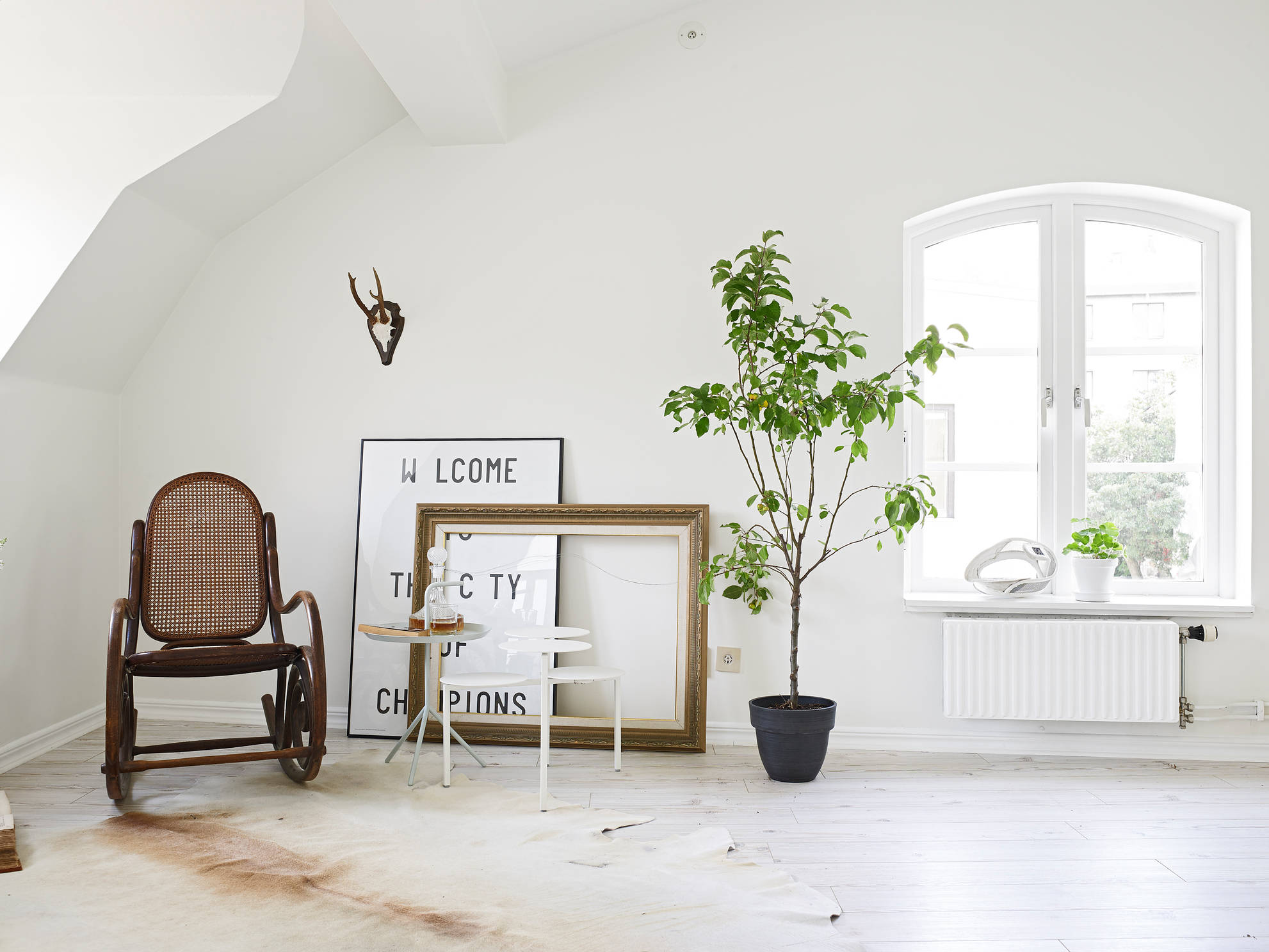 White Home Crisp White Home With Pops Of Foliage Glitter Inc