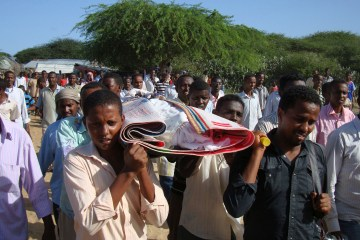 Somalis and local journalists carry the body of Moqtar Mohamed Hirab for burial in Mogadishu, Somalia, June 7, 2009.  T (AP Photo / Farah Abdi Warsameh)