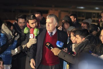 epa04577209 Former treasurer of ruling Popular Party PP Luis Barcenas (C) leaves Soto del Real prison in Madrid, Spain, 22 January 2015, after his family paid the 200,000 euros bail ordered by National Court. Barcenas is accused of allegedly syphoning off money to his banking accounts in Switzerland from supposed illegal donations to the PP party as part of the Guertel corruption case. The former PP treasurer had allegedly accumulated some 48.2 million euros.  EPA/KIKO HUESCA