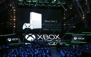MAN02. LOS ÁNGELES (CA, EE.UU.), 13/06/2016.- El nuevo control Xbox One S es presentado en una rueda de prensa previo al comienzo de la feria E3 hoy, 13 de junio de 2016, en Los Ángeles, California. EFE/MIKE NELSON