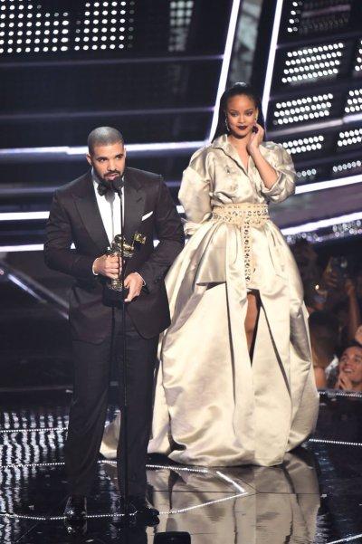 Pichaz: Hatimaye Drake na Rihanna Wapeana Mahaba Hadharani - Global Publishers