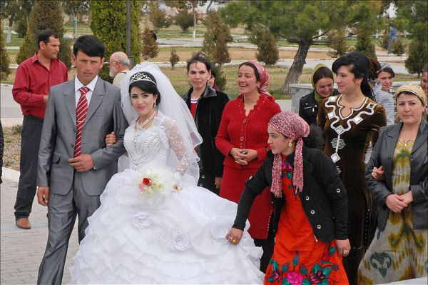 Newlyweds in Uzbekistan. Photo by Dalbera.