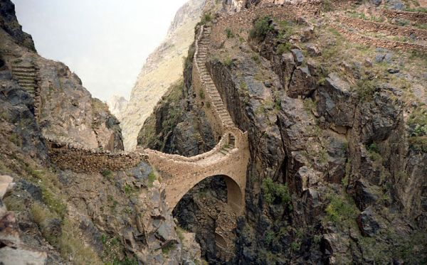 Footbridge in Shaharah, Yemen. Photo by Bernard Gagnon.