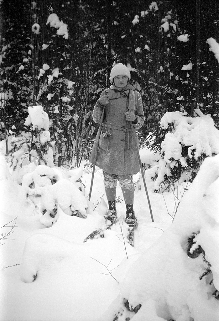 """A lady on skis in Gysinge, Gästrikland, Sweden (8494829054)"" by Swedish National Heritage Board from Sweden - A lady on skis in Gysinge, Gästrikland, Sweden. Licensed under Public Domain via Wikimedia Commons - https://commons.wikimedia.org/wiki/File:A_lady_on_skis_in_Gysinge,_G%C3%A4strikland,_Sweden_(8494829054).jpg#/media/File:A_lady_on_skis_in_Gysinge,_G%C3%A4strikland,_Sweden_(8494829054).jpg"