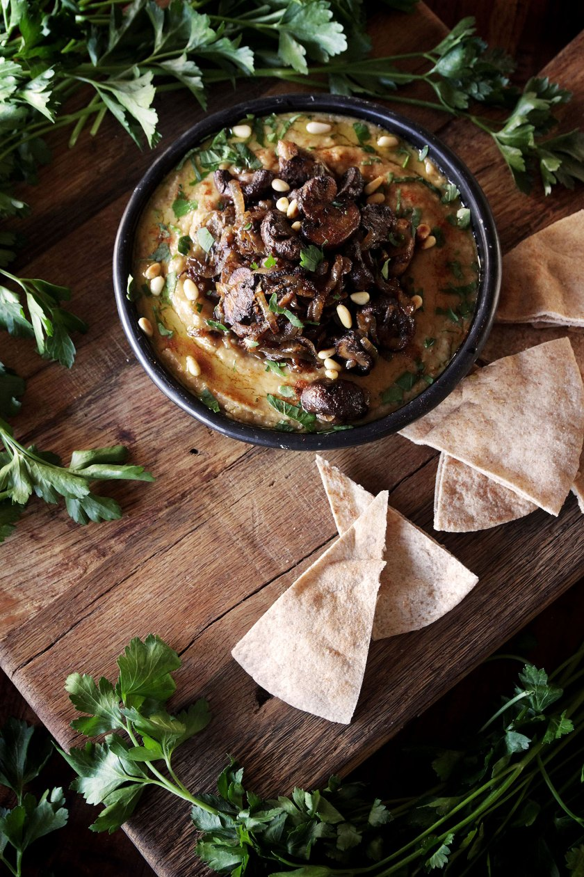 Recipe for Israeli hummus with mushrooms and caramelized onion