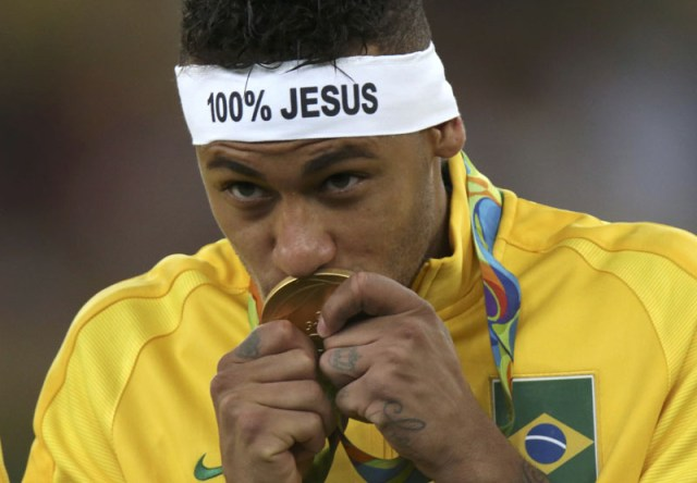 Neymar of Brazil kisses his gold medal after Brazil winning Men's Football Tournament during 2016 Rio Olympics in Rio de Janeiro, Brazil, on August 20, 2016. Photo: Reuters
